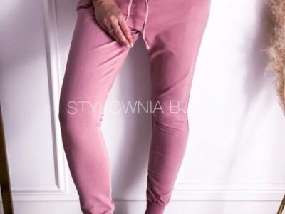 Z czym łączyć dresowe spodnie? Ubieraj się modnie i wygodnie na co dzień